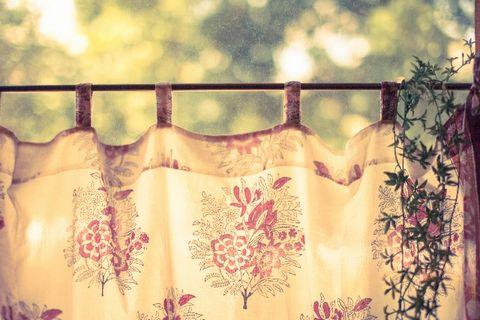 日差しを遮るカーテン